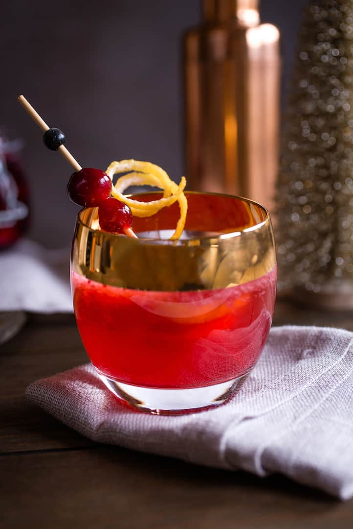 This festive spiced cranberry and bourbon cocktail captures the spirit of the holiday season. #holidaydrinks #holidaycocktails #bourboncocktail #cranberrycocktail