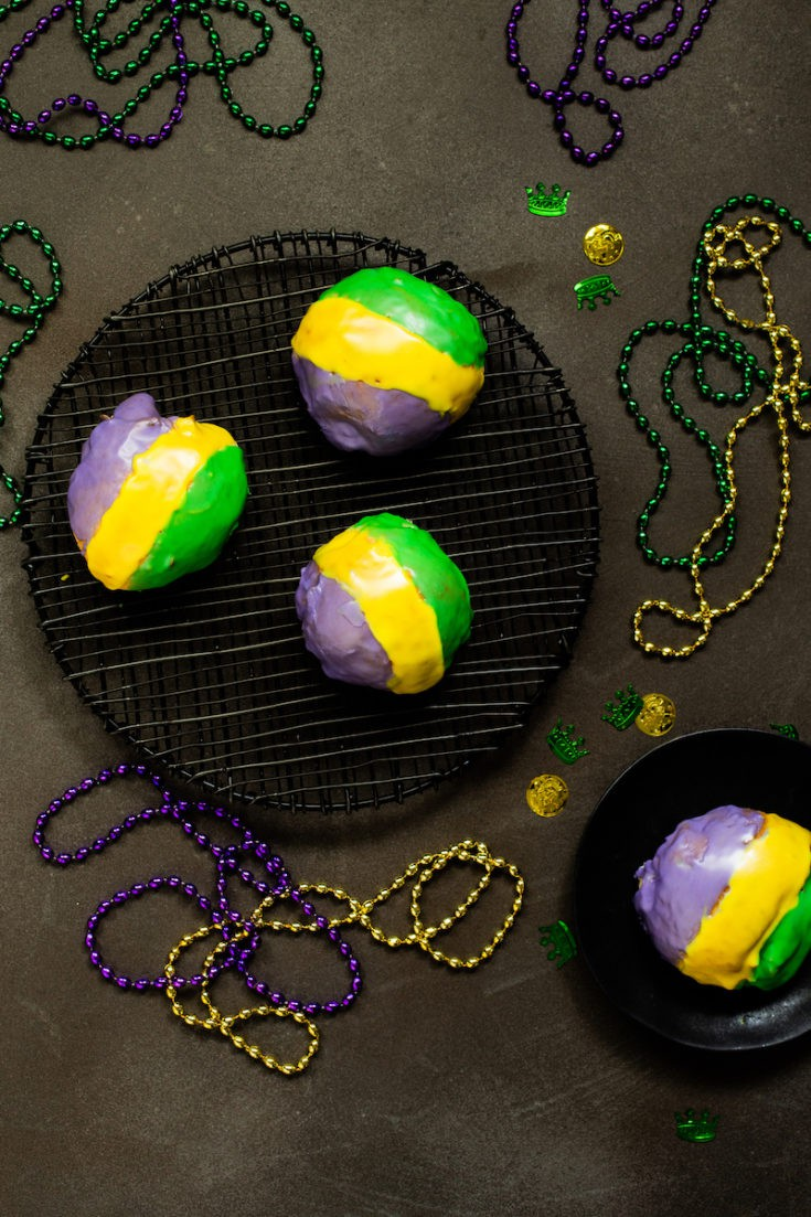 King cake doughnuts make single serving sizes instead of one large ring cake - everyone gets a single serving of Mardi Gras goodness. #mardigras #kingcake #donuts #doughnuts