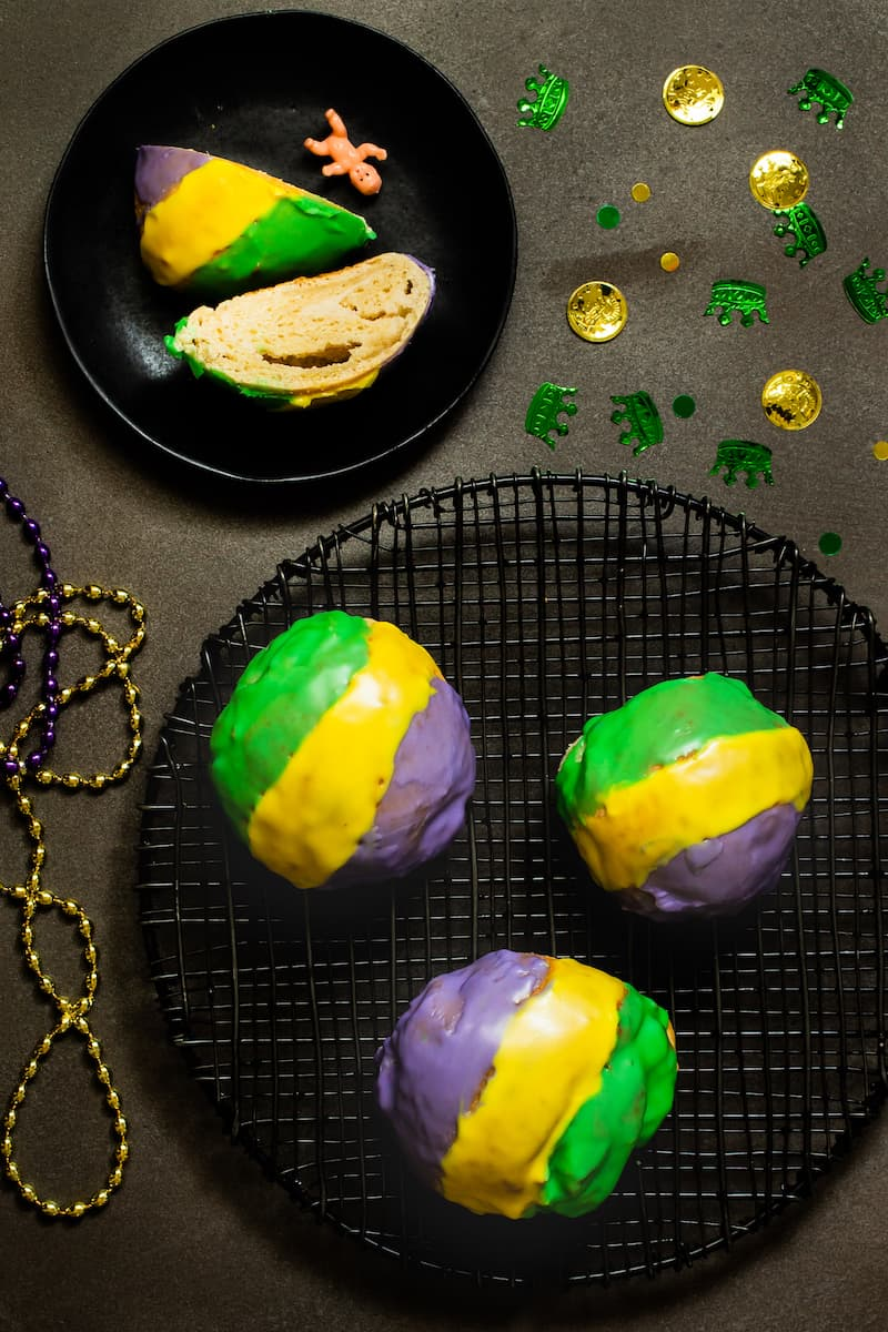 King cake doughnuts make single serving sizes instead of one large ring cake - everyone gets a single serving of Mardi Gras goodness. #mardigras #kingcake #doughnuts #donuts