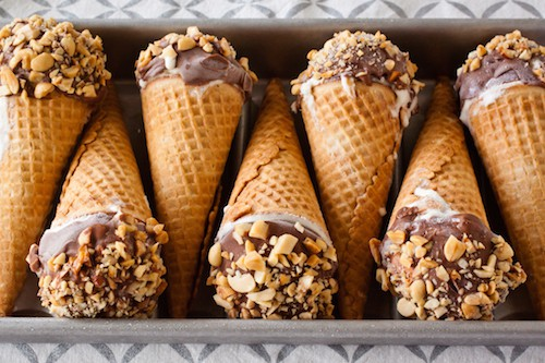 Homemade peanut butter caramel Drumstick cones topped with magic shell take the classic ice cream treat and turn it into something luxurious. #drumsticks #peanutbuttercaramel #icecreamdessert