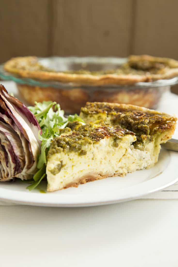 Pesto quiche (of the Eighties) pays tribute to Carrie Fisher and Bruno Kirby in When Harry Met Sally. #pestoquiche #brunchrecipes #vegetarian